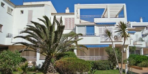 "Platja De Roses V Apartment Roses is located 300 m from the center of Roses, just 25 m from the sea. Points of interest: supermarket - 100 m, shopping center - 300 m, restaurant & bar - 100 m, cafe - 150 m, bus stop - 2 km, railway station ""Figueres"" - 15 km, sandy beach ""Roses"" - 25 m, sports harbor - 3 km, golf course - 15 km."