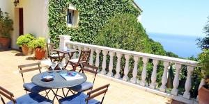 Situé à 2 km du centre de Begur et à 2 km de la mer, le Holiday Home Casa Nina Begur est une maison jumelée 4 pièces de 130 m² sur 3 niveaux. Elle dispose d'un salon/salle à manger de 27 m² muni d'une cheminée, d'une télévision (recevant seulement les chaînes espagnoles) et d'un lecteur CD.