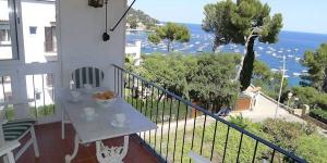 Cet appartement de trois pièces de 74 m², situé au 2ème étage, se trouve à 50 mètres de la mer et à 300 mètres de la plage. Il dispose d'un salon/salle à manger avec une télévision (chaînes espagnoles uniquement) et d'un accès à la terrasse équipée.