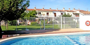 Holiday home Triangulo is situated in the district of Puigmal 2.5 km from the centre of Empuriabrava, 3 km from the sea, located by a road.
