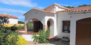 The holiday home is situated outside the resort, 3 km from the centre of L'Escala, in a quiet position. Offers private grounds with plants and trees, patio with garden furniture.
