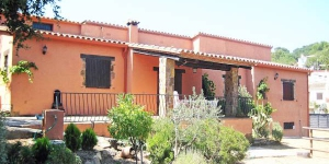 This five bedrooms house is about 150 m2 on 2 levels and is rustic furnished. In the living/dining room  there is an  open fireplace, radio and CD-player.