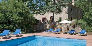 La villa Can Merla est située sur la Costa Brava, à Santa Cristina d'Aro, en Espagne. Elle dispose d'une cuisine équipée, d'un salon, de 5 chambres, d'une piscine privée et d'un balcon.