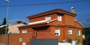 This holiday home is located in Lloret de Mar, Costa Brava, Spain and it's around 80 m2. It offers an equipped kitchen, living/dining room, 3 bedrooms, bath/WC and garden.