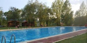 Doté d'une large gamme d'équipements de loisirs dont une piscine extérieure, des terrains de football et de basket-ball et une aire de jeux pour enfants, Camping Ripollesest situé à Ripoll, dans les Pyrénées catalanes. Ce camping propose des bungalows en bois chauffés, équipés d'un coin salon doté de la télévisionainsi que d'une salle de bains privative.