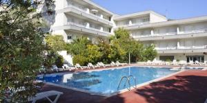 Le RVHotels Apartamentos Treumal Park propose des appartements élégants à 150 mètres de la plage de sable doré d'Aro et des eaux paisibles de la Méditerranée. Il met à votre disposition une superbe piscine extérieure au cœur d'un joli jardin arboré.