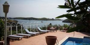 L'Hotel Port-Lligat vous accueille dans la baie de Port-Lligat, à 30 mètres de l'incroyable maison-musée de Dalí. Il dispose d'une piscine avec solarium, d'une terrasse bien exposée, d'un parking privé gratuit et d'un bain à remous.