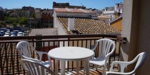 Situédans le centre-ville de L'Escala à 300 mètres de la plage, le CB4R Apartments Masferrer propose des appartements avec terrasse et balcon meublés à 1,2 km de la grande plage de Riells. Les logements lumineux disposent d'un salon avec canapé, table à manger et télévision, d'une chambre double, d'une chambre lit jumeaux ainsi que d'une salle de bains pourvue d'une baignoire.