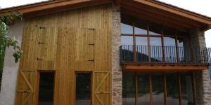 Situé dans la campagne verdoyante, dans le parc naturel de la zone volcanique de la Garrotxa, le Mas Prat est à 7,5 km d'Olot. Il propose des piscines intérieure et extérieure saisonnières, un parking gratuit et une connexion Wi-Fi gratuite.