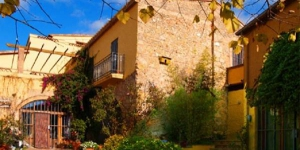 Situé dans le centre d'Albons, à 5 km de L'Escala, le Costabravaforrent Migdia est une maison de bourg jumelée proposant une terrasse et un barbecue. Empúries et ses plages de sable sont accessibles à 10 minutes en voiture.