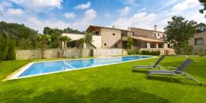 Occupant une maison de campagne du XIVe siècle, le Can Clotas possède une piscine extérieure, un jardin et une terrasse. Vous pourrez prendre vos repas au restaurant présent sur place.