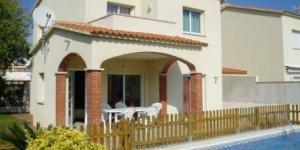 Situé dans le quartier résidentiel de Riells de Dalt, à 3,4 km du centre de L'Escala et à 700 mètres de la plage de Riells, le Costabravaforrent Ricardell possède une piscine extérieure et une terrasse meublée. Occupant une maison mitoyenne, l'établissement comporte un barbecue et un parking privé.