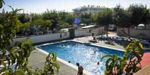 Situé à seulement 150 mètres de la plage et à 15 minutes de marche du centre de Roses, le Camping Joncar Mar est doté d'une piscine extérieure, d'un restaurant sur place et propose des bungalows, appartements et mobile homes modernes. Tous les hébergements possèdent une terrasse privée et une télévision par satellite à écran plat.