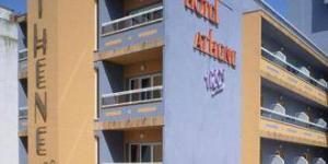 Lloret de Mar: séjournez au cœur de la ville  L'hôtel Athene Neos est situé dans la ville animée de Lloret de Mar, à seulement 50 mètres de la plage. Il dispose d'un toit-terrasse doté d'un bassin profond, de chaises longues et de distributeurs de boissons.