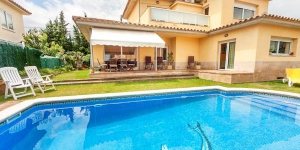 It is a four-bedroom house 180 m2 on 2 levels. It is located 2 km from Sant Antoni de Calonge, in a sunny position, area with little traffic, 2 km from the sea.