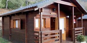 Le Camping Can Fosses dispose d'une connexion Wi-Fi gratuite et propose des bungalows en bois à Planoles, dans la vallée de Ribes, à 20 km des stations de ski de La Molina et de Masella. Dotés d'une terrasse privée, les bungalows comprennent 2 chambres, un salon chauffé, un canapé et une télévision.
