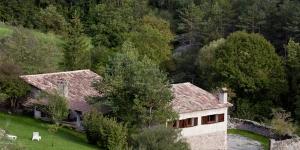 Situé en bordure de la réserve naturelle Parc del Castell de Montesquiu, le Mas Pinoses se trouve à Les Lloses, à côté des Pyrénées. Cette maison de campagne traditionnelle comprend un vaste jardin agrémenté d'une terrasse meublée.