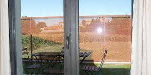 Situé à Siurana, à 9 km de Figueres, l'établissement Habitacions El Camp de l'Era propose des chambres climatisées avec une connexion Wi-Fi gratuite. Il possède un jardin et un coin terrasse meublé.