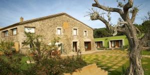 Situé à Vall-Llobrega, le RVHotels Ses Arrels vous accueille dans une maison de campagne restaurée datant du XIVe siècle. Entouré par les forêts et les vignobles du Baix Empordà, il propose une piscine extérieure ainsi que d'élégantes chambres dotées d'une télévision à écran plasma.