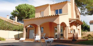 Offering an outdoor pool, Holiday Home Passatge Riells de Dalt is located in L'Escala. The accommodation will provide you with a terrace and a seating area.