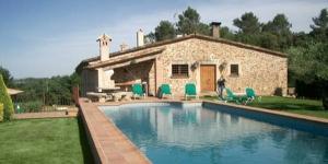 Doté d'une piscine extérieure commune, le Mas Vila propose des maisons de campagne indépendantes à Monells, situé à 10 minutes du Château de Gala Dalí. Chaque maison est équipée d'un barbecue et d'une connexion Wi-Fi gratuite.