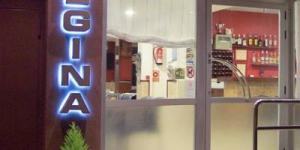 L'Hostal Regina jouit d'un emplacement central à Blanes, à 50 mètres seulement d'une plage de la Costa Brava. Une connexion Wi-Fi gratuite est disponible dans les parties communes.