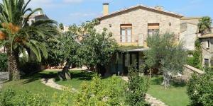 La Casa Rural Can Ginesta vous propose un jardin commun, une terrasse privée et un service de prêt de vélos. Elle vous accueille dans des maisons de campagne de 2 et 3 chambres, à Sant Feliu de Boada, à 10 minutes en voiture des plages de la Costa Brava.