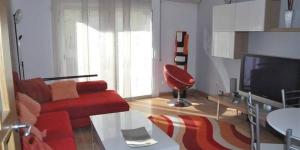 Roses: séjournez au cœur de la ville  Le J&V Avda Montserrat est un appartement indépendant situé à 300 mètres de la promenade en bord de mer, à Roses. L'établissement présente des intérieurs de style moderne et dispose d'un balcon avec vue sur la ville.