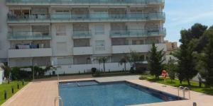 Bénéficiant d'une piscine extérieure commune, le J&V Aqua Marina est situé à Roses, à 15 minutes à pied de la plage. L'appartement dispose d'une terrasse privée meublée de chaises longues.