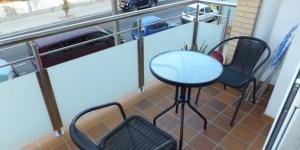 Roses: séjournez au cœur de la ville  Bénéficiant d'un emplacement central à Roses, à 500 mètres de la plage, le J&V Gran Via propose un appartement moderne. Il dispose d'un balcon privé doté d'une table et de chaises.