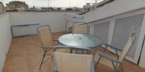Roses: séjournez au cœur de la ville  Le J&V Gravina 3 est un appartement indépendant situé dans le centre de Roses, à 400 mètres de la plage. Il dispose d'une terrasse privée avec vue sur la ville.