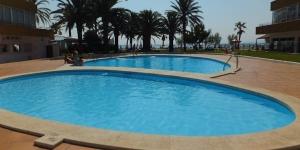 Face à la plage de Roses, le J&V Holiday 1313 est un appartement indépendant pourvu d'un balcon. Il possède un jardin commun avec une terrasse bien exposée et une piscine.