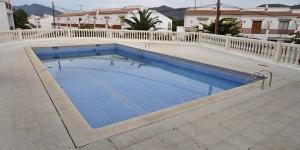 Roses: séjournez au cœur de la ville  Situé à Roses, le J&V Los Angeles propose un hébergement indépendant décoré avec modernité. Vous aurez accès à une piscine commune.