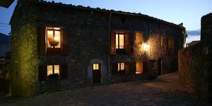 Situé au pied de la chaîne de montagnes Serra Cavallera, le Can Janpere I est implanté au cœur de Pardines. Cette charmante maison de campagne propose une connexion Wi-Fi gratuite et un jardin avec barbecue.