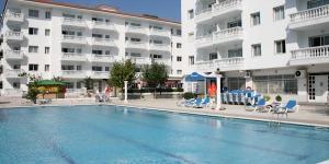 Situé à 350 mètres de la plage de Blanes, l'Apartamentos Europa est une résidence dotée d'équipements de loisirs, dont une piscine, un bassin pour enfants et un restaurant. Une connexion Wi-Fi est disponible gratuitement sur la terrasse ainsi que dans le restaurant.