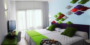 L'hôtel Evenia Olympic Resort est situé dans un quartier calme de Lloret de Mar, à 1 km de la plage. Cet établissement propose 6 piscines dont certaines avec des toboggans.