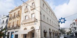 L'Hotel La Residencia vous accueille dans le centre de Cadaqués, à seulement 50 mètres de la plage. Il propose des chambres dotées d'une télévision.