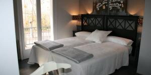 Doté d'un bar, l'Hotel L'Ast est situé à Banyoles, à côté du lac de Banyoles et de l'église romane de Porqueres. Vous bénéficierez gratuitement d'une connexion Wi-Fi et d'un parking privé sur place.