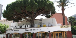 Situé sur le front de mer de Portbou, à proximité de la frontière française, l'Hotel la Masia propose un parking sur place et offre de belles vues. Le restaurant Ancora, à 5 mètres de l'hôtel, sert une cuisine traditionnelle catalane.