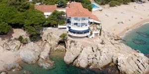 L'Hôtel Costa Brava bénéficie de l'un des meilleurs emplacements de la ville de Platja d'Aro, donnant sur la mer. Il dispose d'un restaurant offrant une vue panoramique et d'une connexion WiFi disponible gratuitement dans les parties communes.