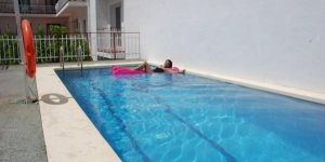 Lloret de Mar: séjournez au cœur de la ville  Doté d'une terrasse avec une piscine extérieure saisonnière, l'Hotel Armonia est situé à 300 mètres de la plage Platja de Lloret, dans le centre de Lloret de Mar, à Gérone. Il propose un bar et une réception ouverte 24h/24.
