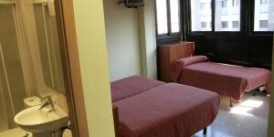 L'Hostal Bartis vouss propose des chambres avec chauffage et vue sur la ville dans le centre de Figueras. Le Théâtre-Musée Dali est situé à 10 minutes de marche de la maison d'hôtes.