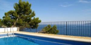 Le Casa Atalaya vous accueille dans la station balnéaire de L'Estartit et possède une piscine extérieure. Offrant une vue imprenable sur la mer, cette maison de vacances se trouve à deux pas de la plage de Playa del Puerto et dispose d'une terrasse meublée.