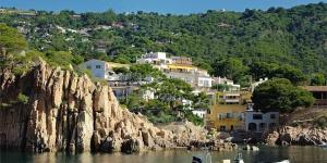 Donnant sur les superbes baies de Fornells et d'Aiguablava, l'Aigua Blava possède un restaurant sur place. Lumineuses et climatisées, ses chambres sont toutes dotées d'un balcon et d'une connexion Wi-Fi gratuite.