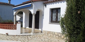 This traditional Spanish residence with private swimming pool is located in the most southeryly village on the Bay of Rosas. L Escala.