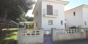 This semi-detached holiday home is located in the beach resort of L Escala. The holiday home is equipped with all conveniences and has a garden.