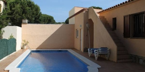 This detached holiday home with private swimming pool is located only 1 km from the sea in the beach resort of L Escala. The holiday home is all on one level and has various terraces.
