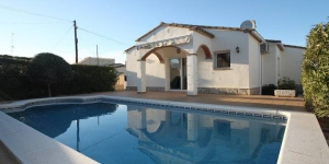 This detached holiday home with private pool is only 2 km away from the beach in the beach resort L Escala. The holiday home has a beautiful half open-plan kitchen and its own garage.