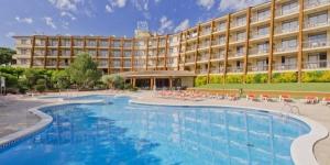 L'Aparthotel Tossa Park est situé dans un quartier paisible, à proximité de la ville historique de Tossa et à seulement 10 minutes à pied de la plage. Il possède une piscine extérieure et un grand jardin.