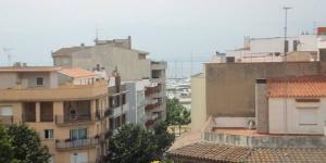 Roses: séjournez au cœur de la ville  Situé à seulement 250 mètres de la plage de sable fin de Roses, le J&V Jaume I propose un appartement doté d'une terrasse meublée avec vue sur la mer. Baigné de lumière naturelle, le logement dispose d'un grand salon-salle à manger et s'ouvre sur une terrasse.